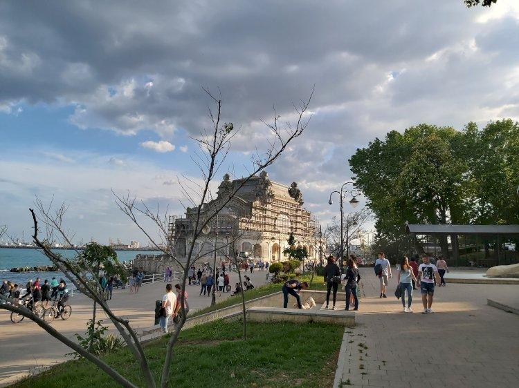 Lume multă pe Faleza Cazinoului din Constanța