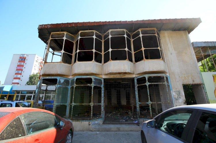 O clădire abandonată și insalubră din cartierul KM 4-5 va fi demolată
