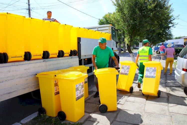 Continuă distribuirea pubelelor galbene în zonele de case
