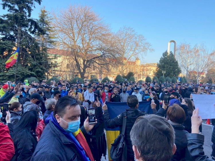 Sute de persoane protestează în faţa Prefecturii Constanţa, împotriva noilor restricţii impuse de Guvern