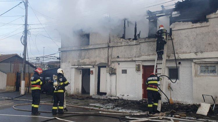 Pompierii au scos din flăcări un bărbat şi o femeie, unde au luat foc două imobile în zona KM 4-5