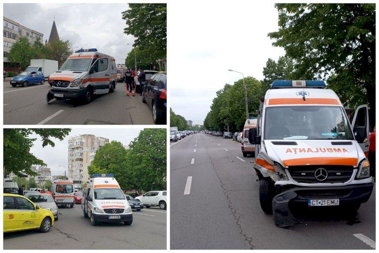 O ambulanţă aflată în misiune a fost lovită de un taxi, în cartierul Tomis III