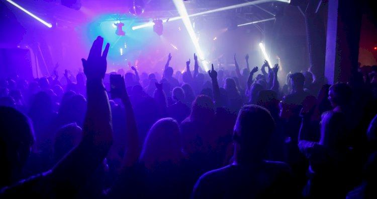 Cluburile și discotecile redeschise la 50 la sută din capacitate, doar pentru persoanele vaccinate