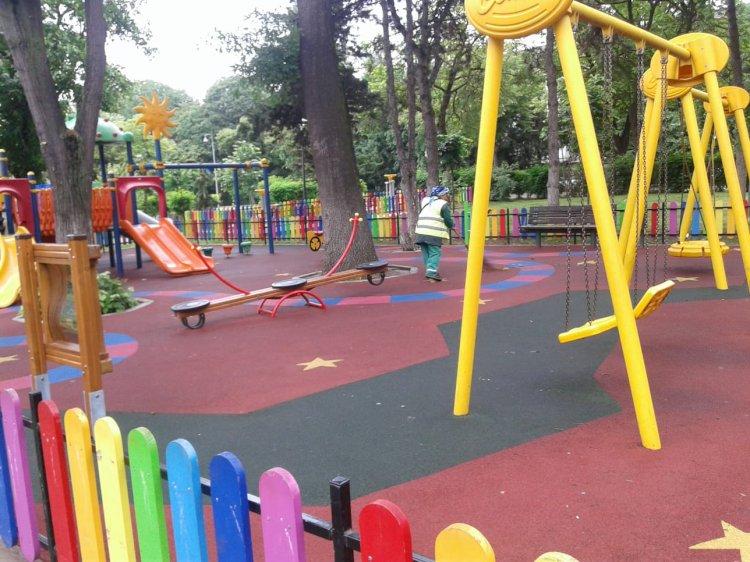 Primăria Constanța a început igienizarea locurilor de joacă