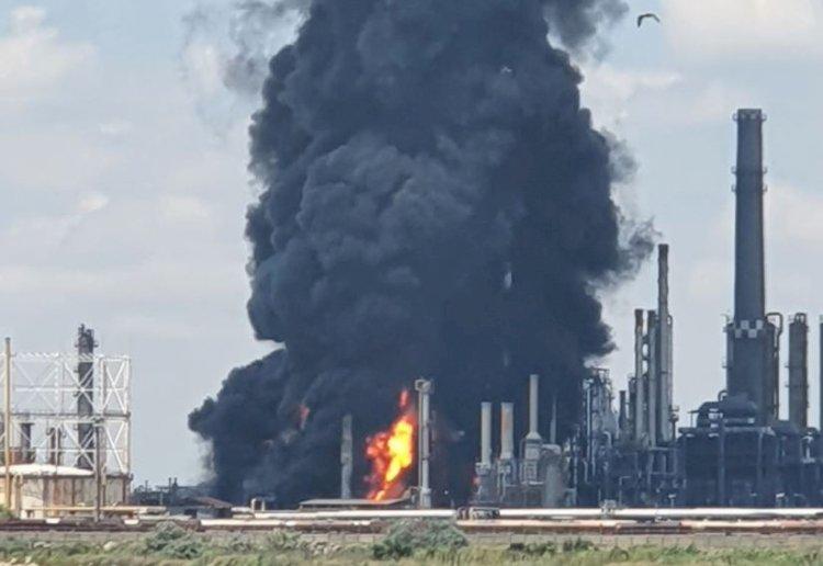 Explozie şi incendiu violent la Rafinăria Petromidia. Trei persoane sunt rănite