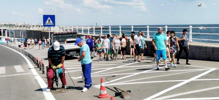 Zeci de locuri de parcare din Portul Tomis, desființate de Primăria Constanța